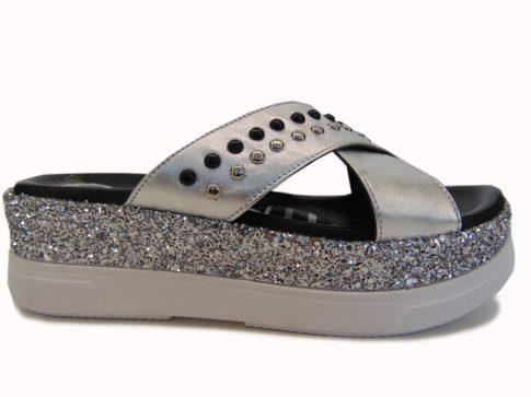 Klapki – zwiewne, lekkie obuwie